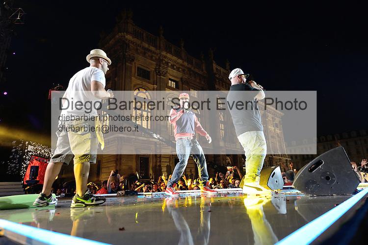 (KIKA) - TORINO, 29/06/2012 - I Club Dogo si esibiscono sullo sfondo di Palazzo Madama durante la prima serata degli MTV Days in piazza Castello a Torino, il 29 giugno 2012.