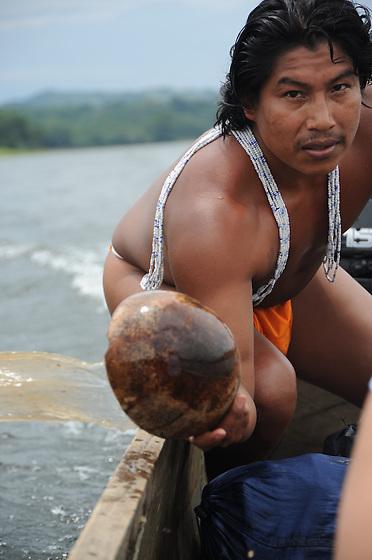 Indígenas emberá / comunidad indígena emberá, Panamá.<br /> <br /> Indígena achicando agua.