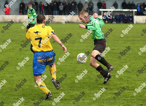 2010-10-24 / voetbal / Branddonk-Balen / Kevin Vandenbliek in duel met Senne Dierckx (Balen nr7)