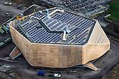 Luchtfoto van de nieuwbouw van de WaterCampus aan de Oostergoweg in Leeuwarden, vanwege de vorm ook wel de 'Walvis' genoemd.<br /> Nadat de houten lamellen van duurzaam Western Red Cedar uit Canada aan de gevel zijn bevestigd lijkt het gebouw van bovenaf wat op een houten doos. Het dak van het innovatieve en energiezuinige gebouw, waarin onder meer Wetsus en de Water Alliance worden gehuisvest, is bedekt met zonnepanelen.