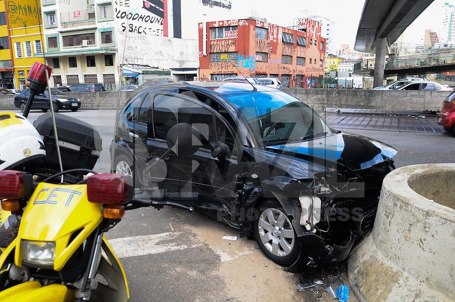 SAO PAULO.., SP, 01 MARCO 2013 - Um carro bateu na mureta que divide a pista na Av Tiradentes sentido marginal, teve uma vitima com ferimentos leves.(FOTO: ADRIANO LIMA / BRAZIL PHOTO PRESS).