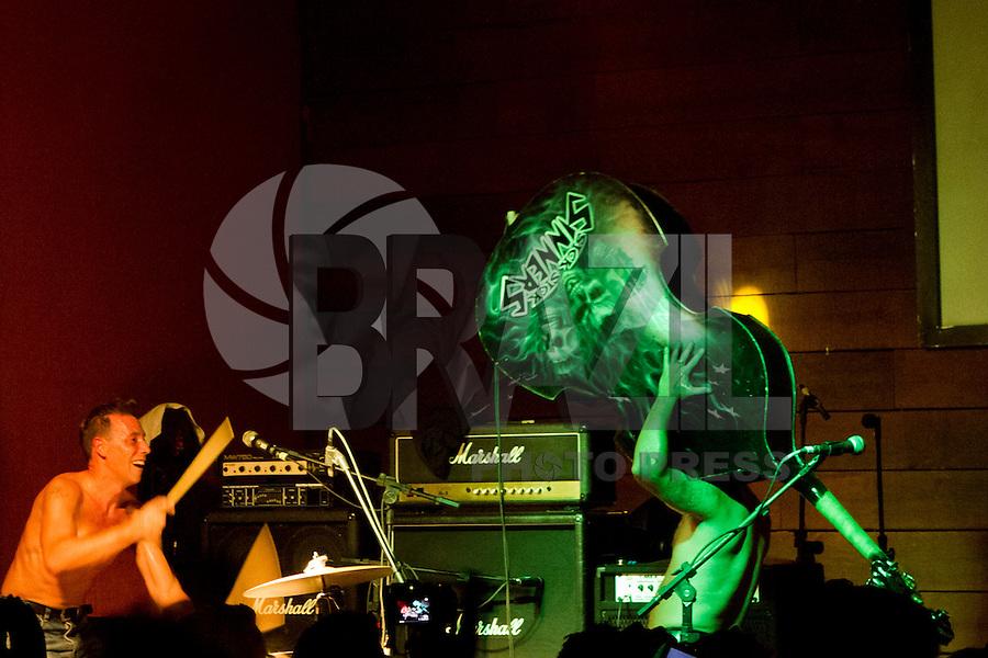 CURITIBA, PR, 10 DE FEVEREIRO DE 2013 - PSYCHO CARNIVAL - Muitas atrações nacionais e internacionais marcaram a terceira noite do Psycho Carnival, evento que acontece até a próxima terça-feira (12), no Espaço Cult, Largo da Ordem, centro de Curitiba. No palco a banda argentina Los Primitivos. (FOTO: ROBERTO DZIURA JR./BRAZIL PHOTOS PRESS)