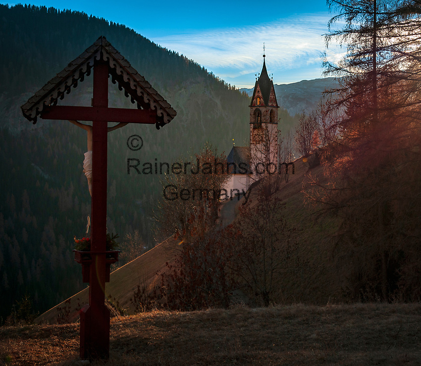 Italien, Suedtirol (Trentino - Alto Adige), Gadertal, Weiler Tolpei  in Alt-Wengen (La Valle): Blick zur spaetgotischen Barbarakapelle im letzten Sonnenlicht des Tages  | Italy, South Tyrol (Trentino - Alto Adige), Gader Valley, hamlet Tolpei in Old-La Valle: view towards chapel Saint Barbara at sunset