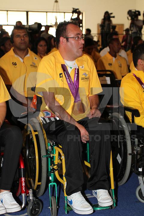 ATENÇAO EDITOR: FOTO EMBARGADA PARA VEÍCULOS INTERNACIONAIS. SAO PAULO, 11 DE SETEMBRO DE 2012.  GOVERNADOR ALCKMIN RECEBE ATLETAS PARAOLIMPICOS. o jogador paraolimpico de bocha, Elizeu dos Santos, durante entrega da medalha do Mérito Esportivo na manha desta terça feira no Palacio dos abandeirantes, na zona sul da capital paulista. FOTO ADRIANA SPACA - BRAZIL PHOTO PRESS