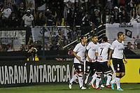 ATENÇÃO EDITOR: FOTO EMBARGADA PARA VEÍCULOS INTERNACIONAIS SÃO PAULO,SP,20 OUTUBRO 2012 - CAMPEONATO BRASILEIRO - CORINTHIANS x BAHIA - Douglas (e) jogador do Corinthians comemora gol durante partida Corinthians x Bahia válido pela 32º rodada do Campeonato Brasileiro no Estádio Paulo Machado de Carvalho (Pacaembu), na região oeste da capital paulista na tarde deste domingo (32).(FOTO: ALE VIANNA -BRAZIL PHOTO PRESS).