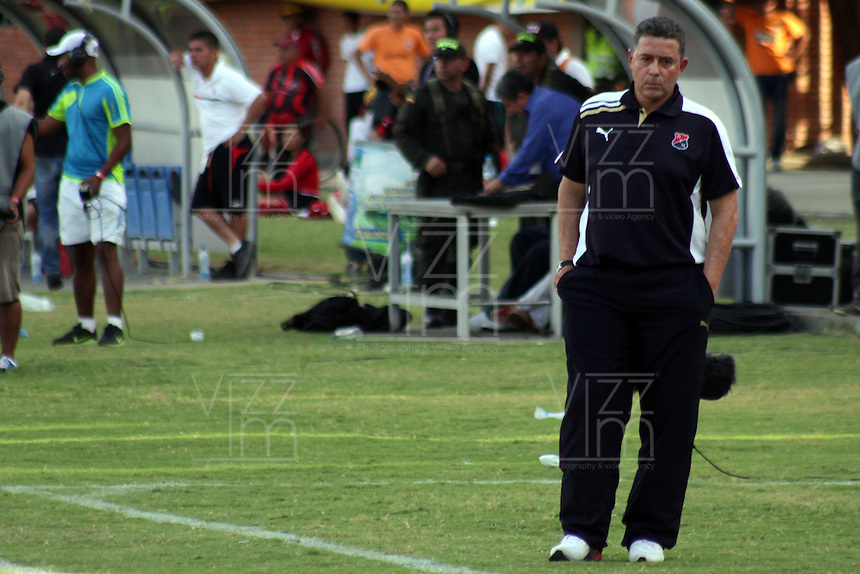 CUCUTA -COLOMBIA- 22-09-2013. Pedro Sarmiento técnico de Medellin gesticula durante partido contra Cucuta válido para la fecha 10 de la Liga Postobón II 2013 jugado en el estadio General Santander de la ciudad de Cúcuta./ Medellin coach Pedro Sarmiento gestures during match against Cucuta valid for the 10th date of the Postobon League II 2013  played at General Santander stadium in Cucuta city. Photo: VizzorImage /Manuel Hernández/ Stringer