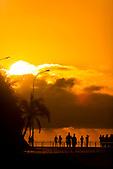 Promeneurs au coucher de soleil sur la baie des Citrons, Nouméa, Nouvelle-Calédonie