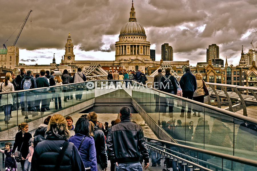 Ponte Millennium Bridge e Catedral St Pauls. Londres. Inglaterra. 2008. Foto de Juca Martins.