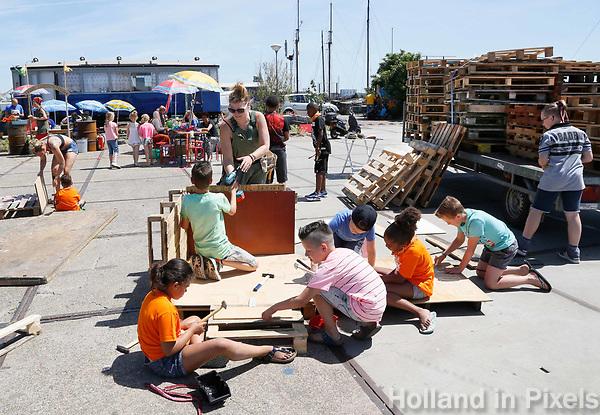 Nederland Amsterdam 2017 . Jaarlijkse Buitenspeeldag bij de NDSM Werf. Hutten bouwen.  Foto Berlinda van Dam / Hollandse Hoogte