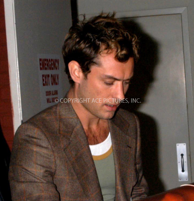 jude law greets fans at jon stewart show.   bocklet.