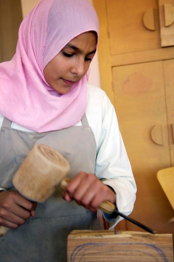Egypte, Belbeis, 6 mei 2007..Sekem.   Middelbare school, handarbeidles..Jongens en meisjes doen hetzelfde.School..Foto (c) Michiel Wijnbergh.