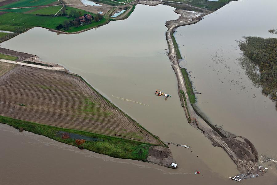 Nederland, Limburg, Gemeente Stein, 15-11-2010; Meers, Grensmaas. Graafmachines staan in het hoogwater. Er wordt gewerkt aan gronddepot in  het kader van de Maaswerken. Recht van het dijkje de stroomgeul die reeds verbreed is. Grensmaas project is een samenspel van rivierbeveiliging door stroomgeulverbreding en oeververlaging, natuurontwikkeling en ontgrinding..Meers, excavators in high water, work for a soil depot of the Meuse Project. To the right the widened stream channe of the river. Grensmaas (Border Meuse) project is a combination of security by stream channel widening and bank reduction, habitat development and 'de-gravelisation')..luchtfoto (toeslag), aerial photo (additional fee required).foto/photo Siebe Swart