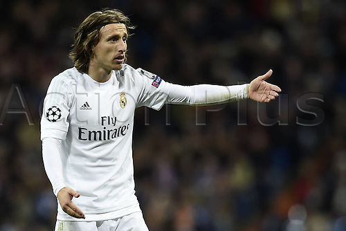 08.03.2016 Estadio Santiago Bernabeu, Madrid, Spain. UEFA Champions League Real Madrid CF versus AS Roma. Last 16 second leg match in Madrid.  Luka Modric asks for the decision from the referee
