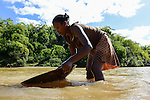 MADAGASCAR, region Manajary, town Vohilava, small scale gold mining, women panning for gold at river / MADAGASKAR Mananjary, Vohilava, kleingewerblicher Goldabbau, Frauen waschen Gold am Fluss