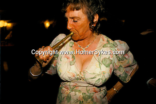 'QUANTOCK STAG HOUNDS', QUANTOCK, SOUTH SOMERSET. WOMAN BLOWS THE HORN AT THE QUANTOCK STAG HOUND HUNT BALL, 1997