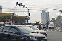 SAO PAULO, 08 DE MARCO DE 2013 - SEMAFOROS APAGADOS - Semaforos apagados, no cruzamento da Avenida Pompeia e Avenida Heitor Penteado, devido a forte chuva que atingiu a capital na tarde desta sexta feira, 08, regiao oeste. (FOTO: ALEXANDRE MOREIRA / BRAZIL PHOTO PRESS)