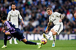Toni Kroos of Real Madrid (R) in action against Leonardo Gabriel Suarez, Leo Suarez, of Real Valladolid during the La Liga 2018-19 match between Real Madrid and Real Valladolid at Estadio Santiago Bernabeu on November 03 2018 in Madrid, Spain. Photo by Diego Souto / Power Sport Images