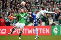 FUSSBALL   1. BUNDESLIGA   SAISON 2012/2013    28. SPIELTAG SV Werder Bremen - FC Schalke 04                          06.04.2013 Sebastian Proedl (li, SV Werder Bremen) gegen Julian Draxler (re, FC Schalke 04)