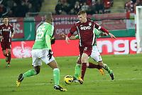 Mathias Fetsch (OFC) gegen Josue und Naldo (Wolfsburg)