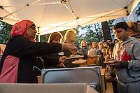 Bundespraesident Joachim Gauck nahm am Montag den 13. Juni 2016 in Berlin Moabit an einem gemeinsamen Fastenbrechen it Muslimen teil.<br /> Im Bild: Die Ausgabe des Abendessen.<br /> 13.6.2016, Berlin<br /> Copyright: Christian-Ditsch.de<br /> [Inhaltsveraendernde Manipulation des Fotos nur nach ausdruecklicher Genehmigung des Fotografen. Vereinbarungen ueber Abtretung von Persoenlichkeitsrechten/Model Release der abgebildeten Person/Personen liegen nicht vor. NO MODEL RELEASE! Nur fuer Redaktionelle Zwecke. Don't publish without copyright Christian-Ditsch.de, Veroeffentlichung nur mit Fotografennennung, sowie gegen Honorar, MwSt. und Beleg. Konto: I N G - D i B a, IBAN DE58500105175400192269, BIC INGDDEFFXXX, Kontakt: post@christian-ditsch.de<br /> Bei der Bearbeitung der Dateiinformationen darf die Urheberkennzeichnung in den EXIF- und  IPTC-Daten nicht entfernt werden, diese sind in digitalen Medien nach §95c UrhG rechtlich geschuetzt. Der Urhebervermerk wird gemaess §13 UrhG verlangt.]