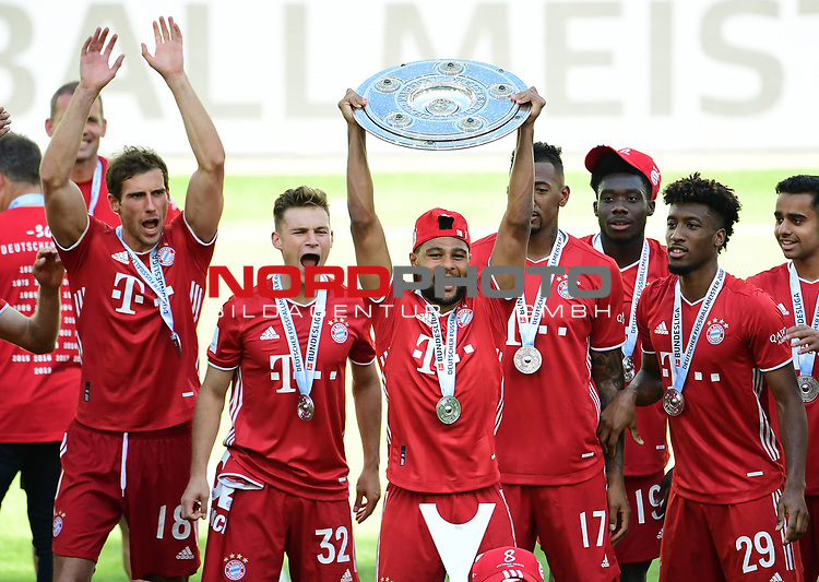 Deutscher Meister 2020, FC Bayern Muenchen v.l. Leon Goretzka, Joshua Kimmich, Serge Gnabry mit Meisterschale, Jerome Boateng, Alphonso Davies, Kingsley Coman, Sapreet Singh<br />