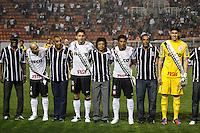SAO PAULO, SP, 11 JULHO 2012 - CAMP. BRASILEIRO - CORINTHIANS X BOTAFOGO - Jogadores do Corinthians na decada de 70 entregam faixa de campeao da Libertadores da America ao elenco atual do Corinthians que foi Campeao da competicao, momentos antes da partida contra o Botafogo jogo valido pelo Campeonato Brasileiro, no Estadio Paulo Machado de Carvalho (Pacaembu). (FOTO: WILLIAM VOLCOV / BRAZIL PHOTO PRESS)