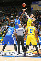 Mike Morrison (Fraport Skyliners) gegen Scott Eatherton (Basketball Löwen Braunschweig) - 11.10.2017: Fraport Skyliners vs. Basketball Löwen Braunschweig, Fraport Arena Frankfurt