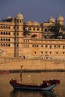 """Asie/Inde/Rajasthan/Udaipur: Le """"City Palace"""" - Palais du Roi et bateau sur le lac Pichola - D'une longueur de près de 500M, ce vaste ensemble de marbre et de granit fut érigé à partir du règne d'Udai Singh (1537-1572) fondateur de la ville"""