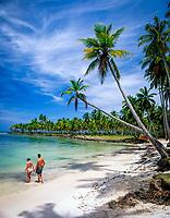 Dominikanische Republik, Halbinsel Samana, Paar am Playa Blanca   Dominican Republic, Samana peninsula, Playa Blanca, couple