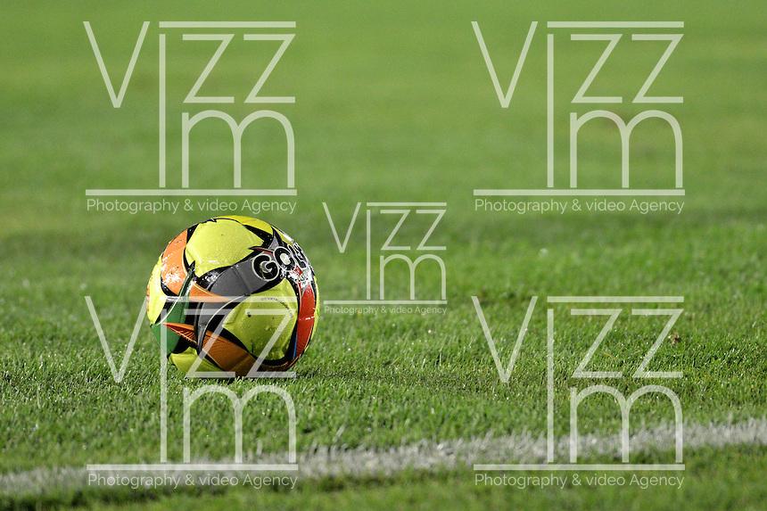 BOGOTA-06-12-2012. Balón de fútbol sobre gramilla. Soccer Ball on the field. Photo: VizzorImage
