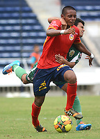 BARRANQUILLA -COLOMBIA-13-AGOSTO-2014. Alberto Pardo  (Izq)  de Uniautonoma disputa el balon con Jose Cardenas  de Valledupar FC ,  partido de la Copa Postobon octava fecha disputado en el estadio Metropolitano. / Alberto Pardo (L) of Uniaut—noma dispute the ball with Jose Cardenas  of Valledupar FC, match of the Copa Postobon eighth round match at the Metropolitano stadium  Photo: VizzorImage / Alfonso Cervantes / Stringer