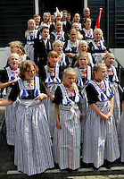 Volendammerdag in Volendam. Een  Volendams kinderkoor zingt op de kade