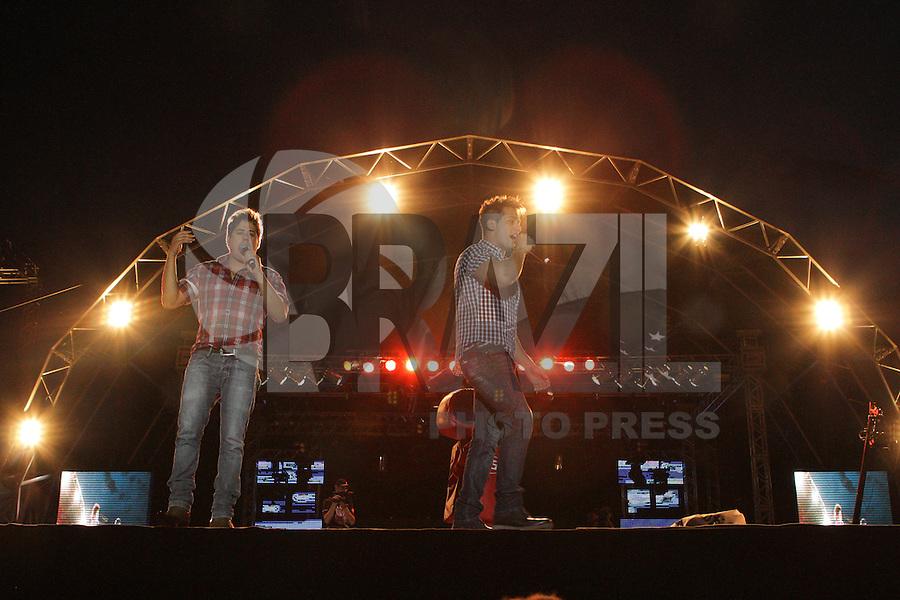 CURITIBA, PR, 21 DE OUTUBRO DE 2012 &ndash;HUGO E TIAGO &ndash;Apresenta&ccedil;&atilde;o da dupla Hugo e Tiago<br /> na &ldquo;Festa Tudo de Bom&rdquo; da R&aacute;dio 98 FM. O festival, que reuniu mais de 30 apresenta&ccedil;&otilde;es sertanejas e de pagode aconteceu no domingo (21), no Est&aacute;dio Vila Capanema, em Curitiba. (FOTO: ROBERTO DZIURA JR./ BRAZIL PHOTO PRESS)