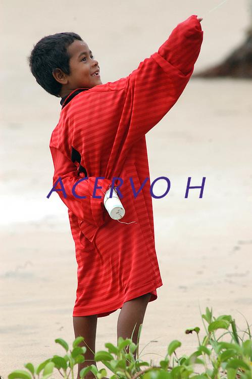 Criança empina papagaio na praia de pesqueiro.<br /> Ilha de Marajó, Soure, Pará, Brasil.<br /> 06/05/2006<br /> Foto Paulo Santos/Interfoto