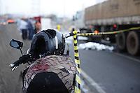 SAO PAULO, SP, 03.09.2013-Um motociclista pedeu o controle de sua moto a acabou caindo de baixo de um caminhão no Viaduto Grande São Paulo sentido Vila Prudente.Adriano Lima / Brazil Photo Press