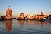 France/17/Charente Maritime/La Rochelle: Le vieux port à l'aube - La tour Saint Nicolas, la tour de la Chaîne et la Tour de la lanterne (dite des Quatres sergents)
