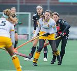 AMSTELVEEN -  Lidewij Welten (DenBosch) met Joy Haarman (Adam)   tijdens de hoofdklasse hockeywedstrijd dames,  Amsterdam-Den Bosch (1-1).   COPYRIGHT KOEN SUYK