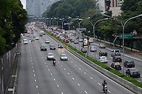 SÃO PAULO, SP, 13.12.2013 – TRÂNSITO EM SÃO PAULO: Trânsito muito tranquilo na Av. 23 de Maio, próximo ao Parque do Ibirapuera, zona sul de São Paulo na tarde desta sexta feira. Foto: Levi Bianco - Brazil Photo Press.