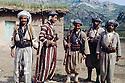Irak 1963.Peshmergas dans un village, a gauche Selim Doski.Iraq 1963.Peshmergas in a village, left Selim Doski