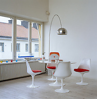 A Tulip dining table and chairs by Eero Saarinen make up the dining area in the open-plan living space
