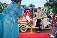Utrecht, 26 september 2013<br /> Nederlands Film Festival 2013<br /> Premiere Zusjes: actrice Clo&euml; Leenheer arriveert per tuk-tuk op de rode loper.<br /> Foto Felix Kalkman