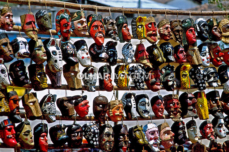 Artesanato em Chichicastenango na Guatemala. 1985. Foto de Juca Martins.