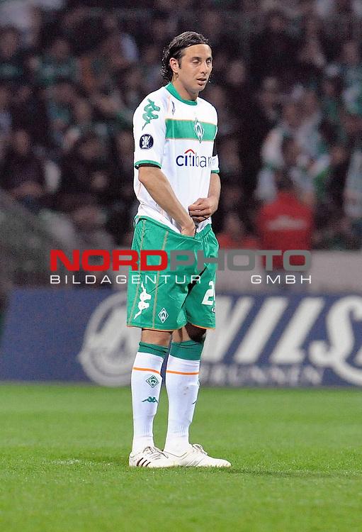 UEFA CUP 2008/2009<br /> Viertelfinale 1/4 Weserstadion 09.04.2009<br /> Werder Bremen (GER) - Udinese Calcio (ITA) 3:1 ( 1:0 )<br /> <br /> Claudio Pizarro ( Bremen #24 ) was sucht er denn da in der Hose<br /> <br /> Foto &copy; nph (  nordphoto  )