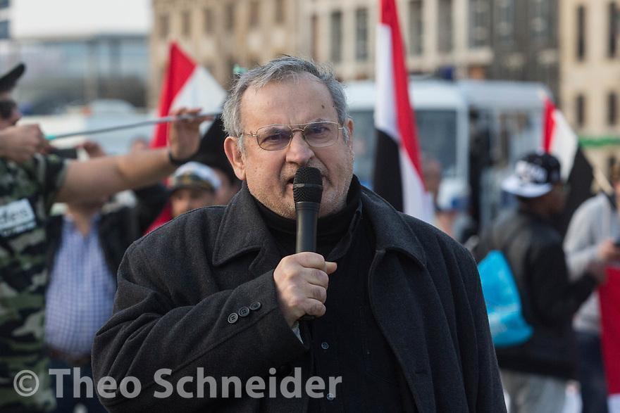 """Der palästinenische Aktivist Said Dudin hält eine Rede // Rund 100 Menschen zogen unter dem Motto """"Stoppt den Krieg gegen den Jemen"""" vom Postdamer Platz zum Brandenburger Tor."""