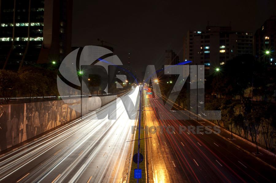 ATENÇÃO EDITOR FOTO EMBARGADA PARA VEÍCULOS INTERNACIONAIS - SÃO PAULO, SP, 30 DE DEZEMBRO DE 2012 - TRANSITO SP: Trânsito flui normalmente na Av. 23 de Maio, altura do viaduto Tutóia, na noite deste domingo (30) em São Paulo. FOTO: LEVI BIANCO - BRAZIL PHOTO PRESS