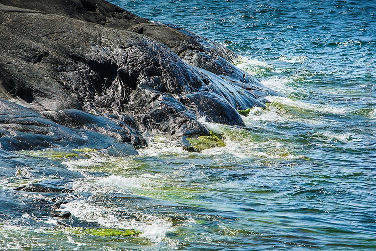 Vågor mot klippa i Stockholms skärgård. / Waves in the Stockholm archipelago in Sweden.