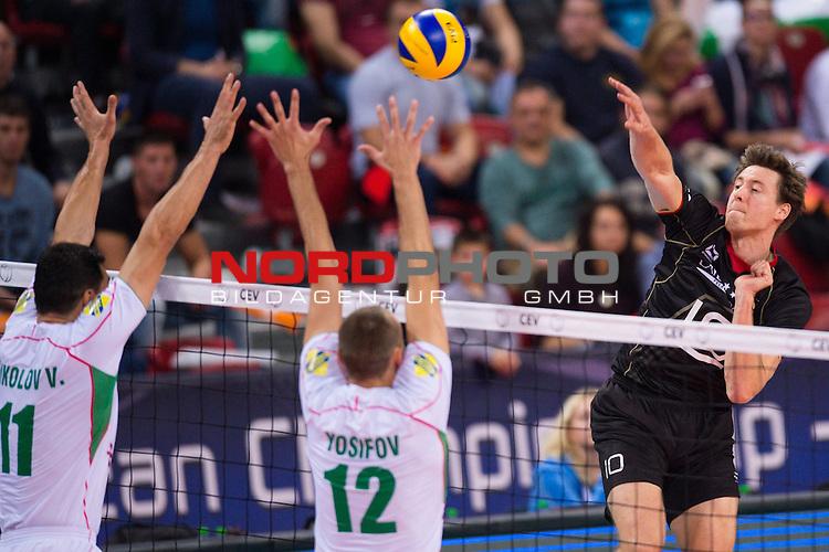 14.10.2015, Armeec Arena, Sofia<br /> Volleyball, Europameisterschaft, Viertelfinale, Deutschland vs. Bulgarien<br /> <br /> Block / Doppelblock Vladimir Nikolov (#11 BUL), Viktor Yosifov (#12 BUL) - nagr Jochen Schšps / Schoeps (#10 GER)<br /> <br />   Foto &copy; nordphoto / Kurth