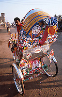 Bangladesh, Dhaka, 15 Januari 1991..Fiets taxis, riksjas, zijn het belangrijkste vervoermiddel in de steden...Bicycle taxis, riksjas, are the most important means of transport in the cities...Photo by Kees Metselaar