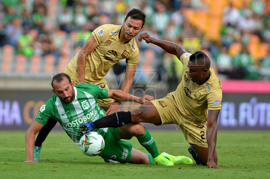 MEDELLÍN-COLOMBIA, 13-10-2019: Hernán Barcos de Atlético Nacional y Jefferson Mena, Andrés Mauricio Restrepo de Rionegro Águilas Doradas disputan el balón, durante partido de la fecha 17 entre Atlético Nacional y Rionegro Águilas Doradas, por la Liga Águila II 20117, jugado en el estadio Atanasio Girardot de la ciudad de Medellín. / Hernan Barcos of Atletico Nacional and Jefferson Mena, Andres Mauricio Restrepo of Rionegro Águilas Doradas figth for the ball, during a match of the 17th date between Atletico Nacional and Rionegro Aguilas Doradas, for the Aguila Leguaje II 20117 played at the Atanasio Girardot Stadium in Medellin city. / Photo: VizzorImage / León Monsalve / Cont.