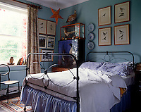 References to birds have influenced the decoration of this country style bedroom